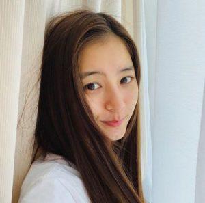 新木優子のハーフ顔は整形か天然かどっち?子供時代や高校の卒アルにすっぴん画像と比較!